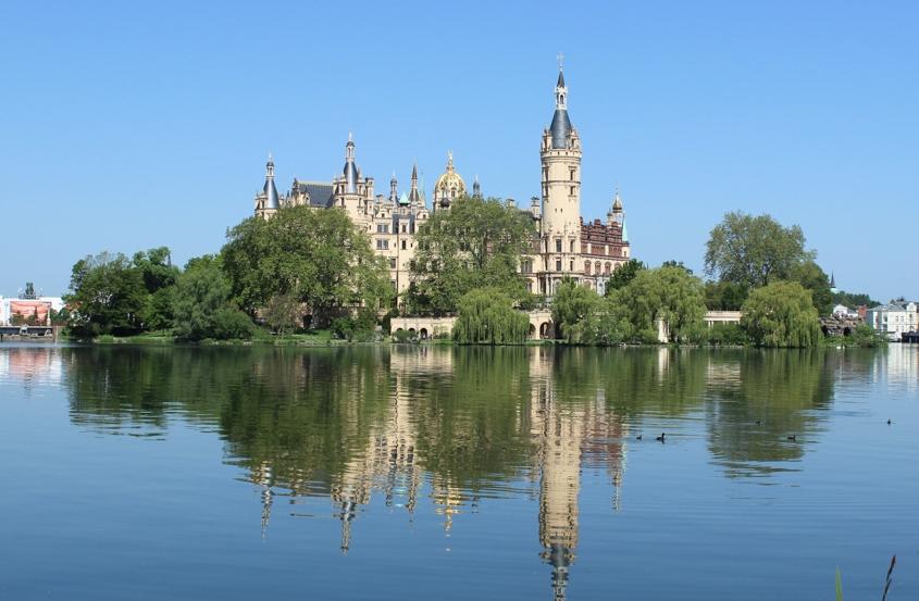 Schloss Schwerin von der Seeseite aus fotografiert.