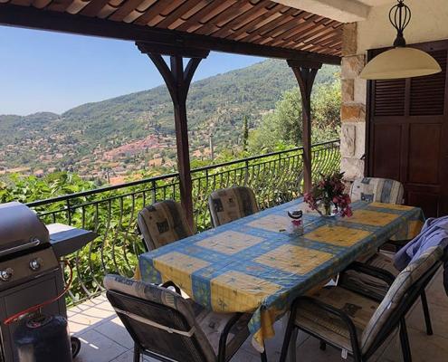 Traumhafter Blick von der überdachten Terrasse auf das Hinterland Seillans | Ferienhaus Villa Seillans