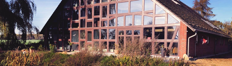 Das wunderschöne Landhaus Dragun aus dem Garten nahe der großzügigen Terrasse fotografiert. Der ideale Ort für Ihren Landhausurlaub nahe Schwerin!