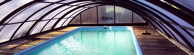 Der großzügige Outdoor-Pool lässt sich bei jedem Wetter dank seinem fahrbaren Dach öffnen und schließen: Damit Sie zu jeder Jahreszeit im Landhaus Dragun schwimmen können!